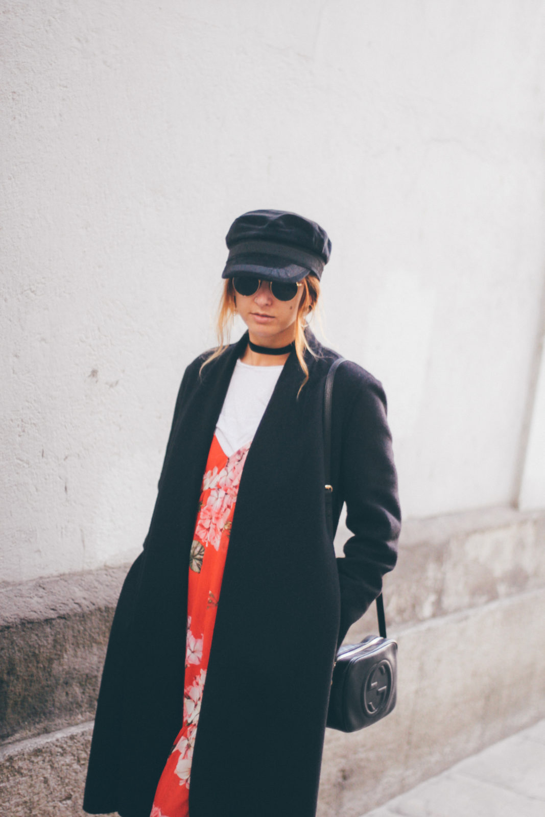 baker_boy_hat_vestido_con_camiseta_gorra_marinera_botines_hebillas_fall_2016_trends_street_style_outfits_donkeycool-26
