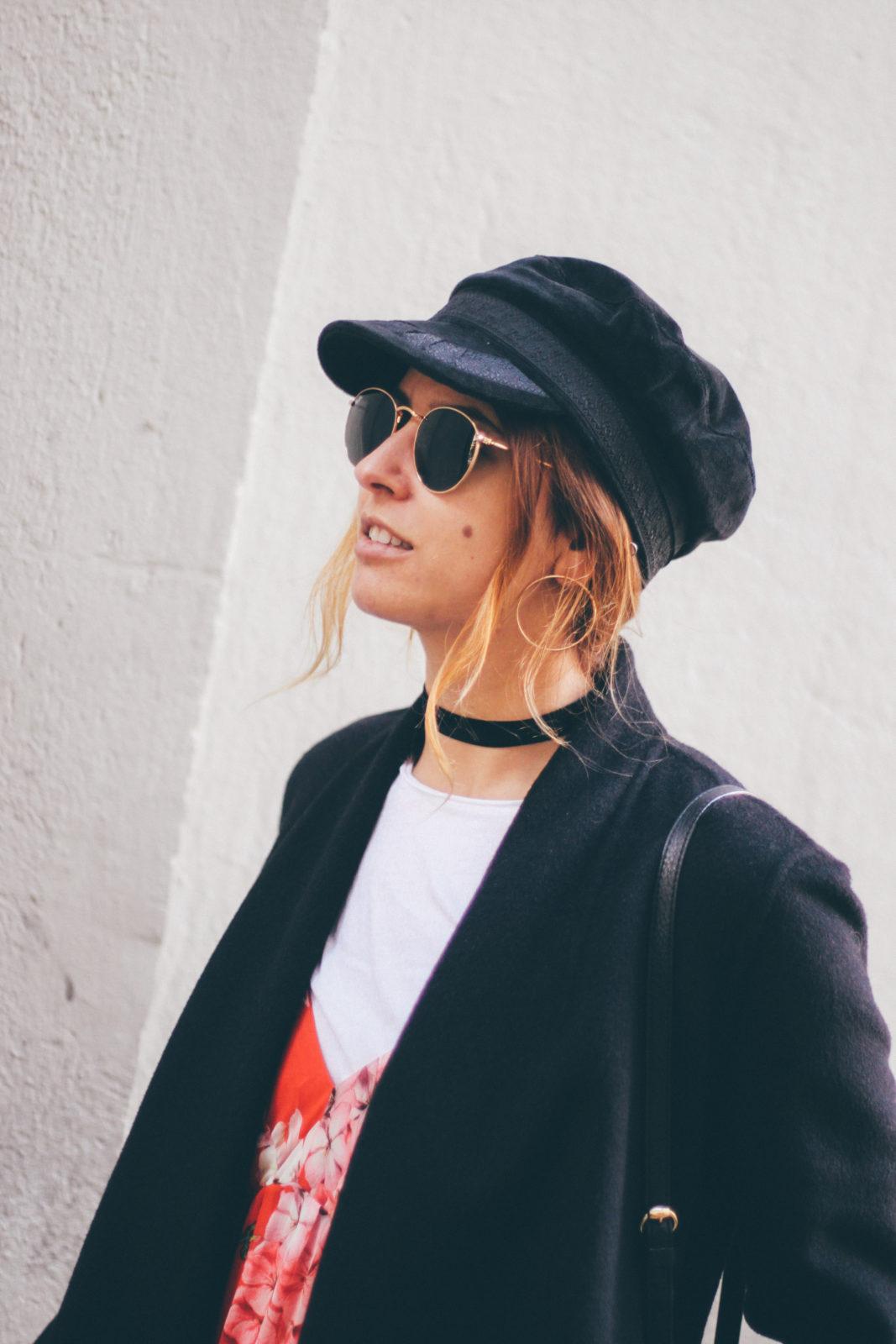 baker_boy_hat_vestido_con_camiseta_gorra_marinera_botines_hebillas_fall_2016_trends_street_style_outfits_donkeycool-28