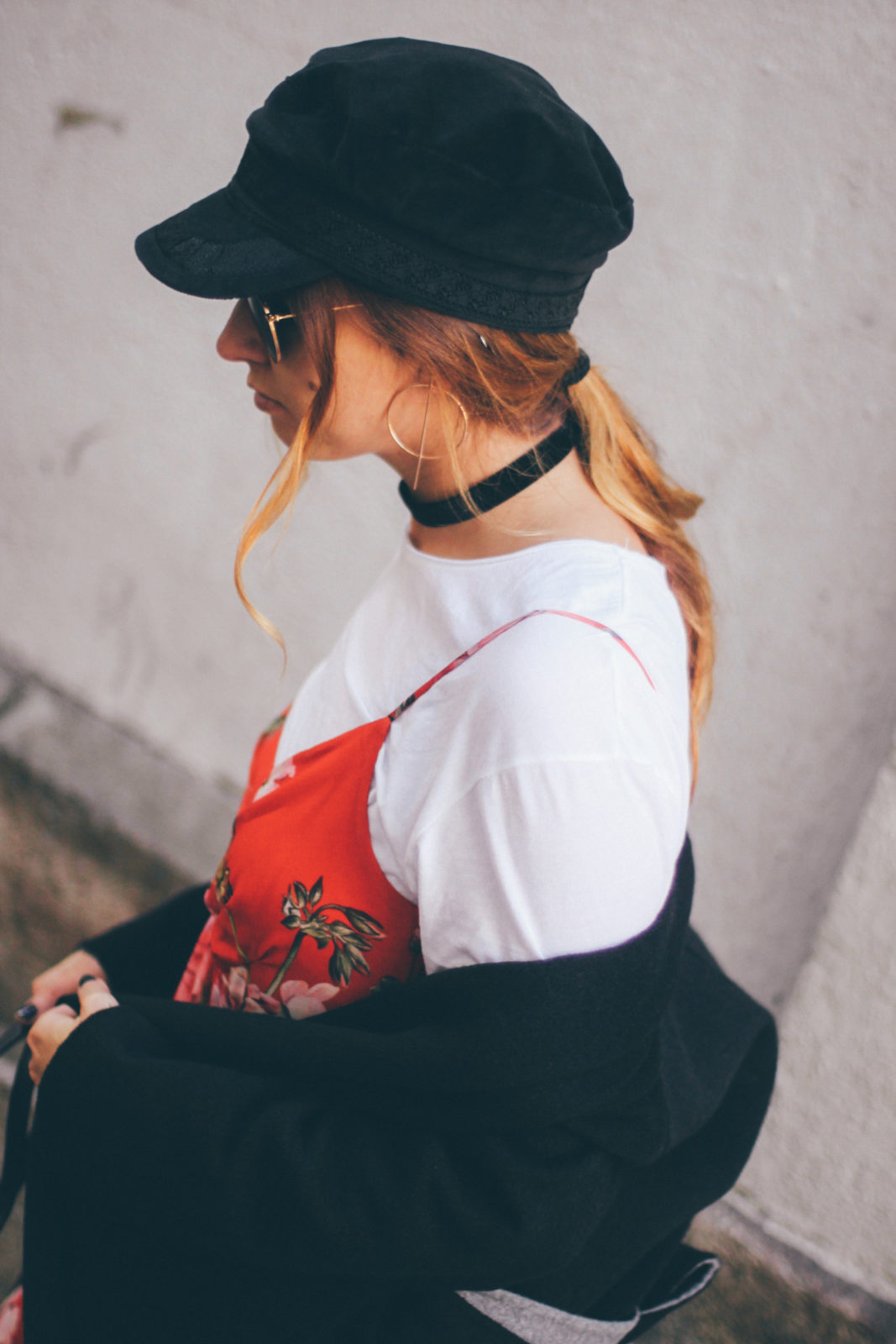 baker_boy_hat_vestido_con_camiseta_gorra_marinera_botines_hebillas_fall_2016_trends_street_style_outfits_donkeycool-29