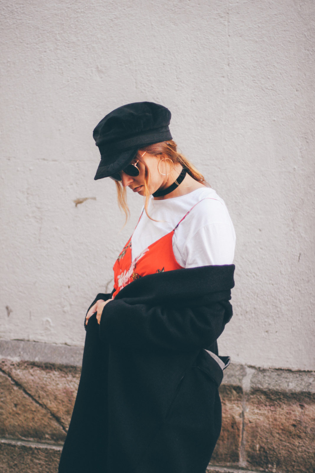 baker_boy_hat_vestido_con_camiseta_gorra_marinera_botines_hebillas_fall_2016_trends_street_style_outfits_donkeycool-30