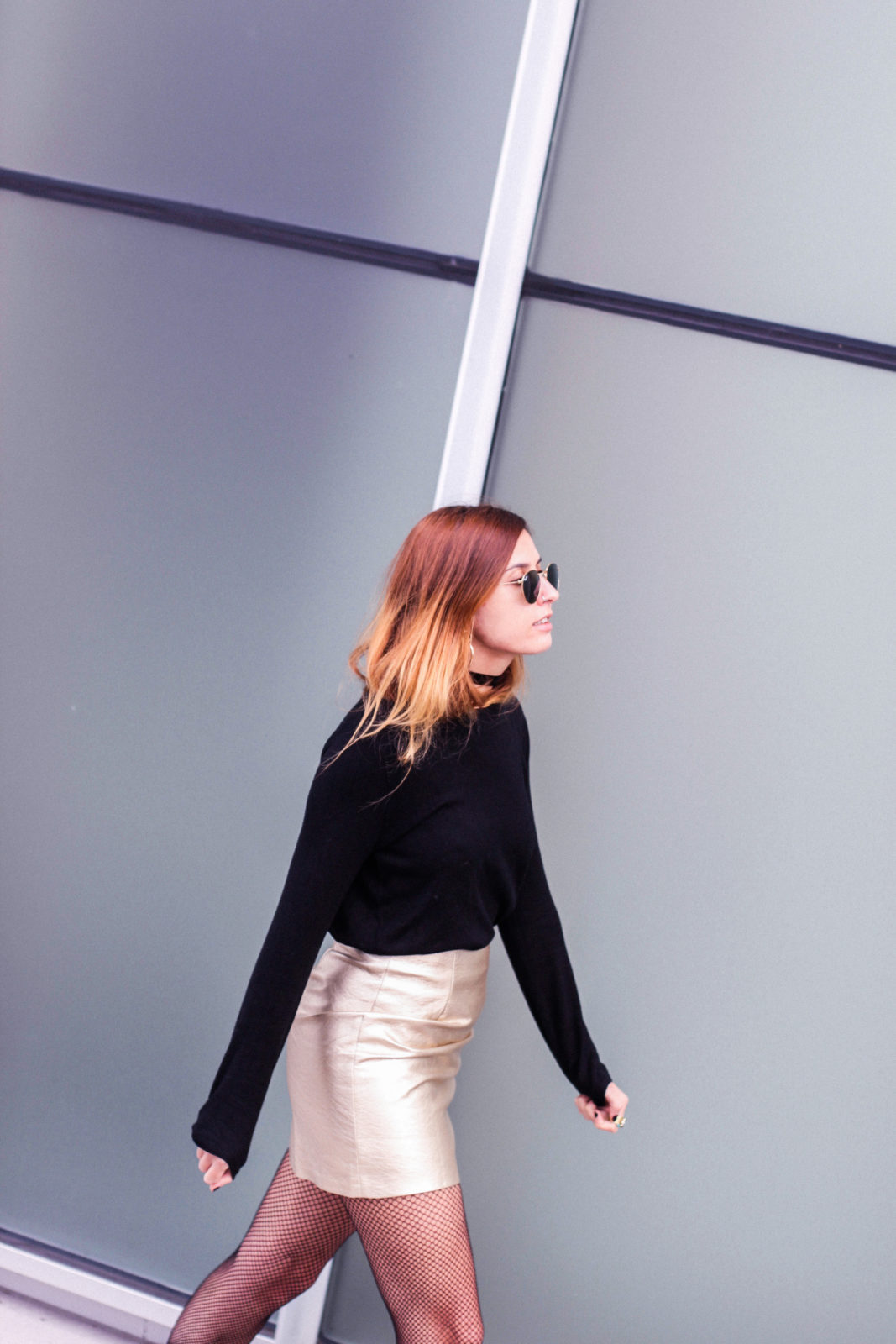 falda_dorada_shein_metalizado_medias_de_rejilla_choker_donkeycool_street_style_trends_2016-32