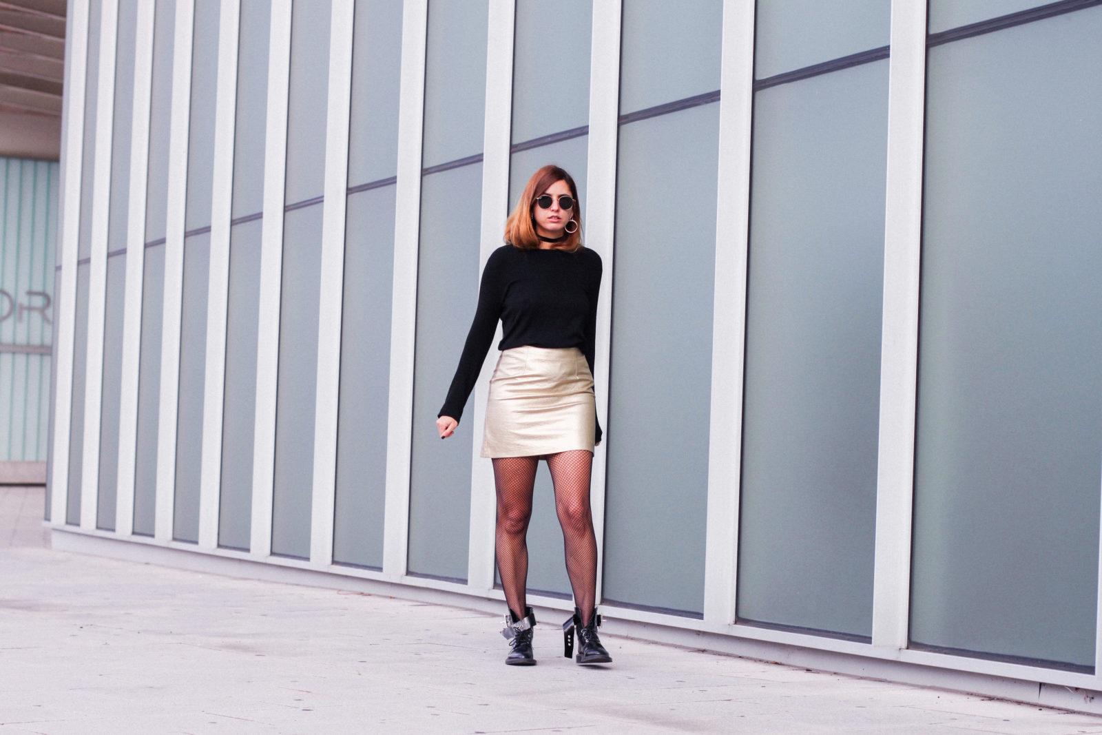 falda_dorada_shein_metalizado_medias_de_rejilla_choker_donkeycool_street_style_trends_2016-36