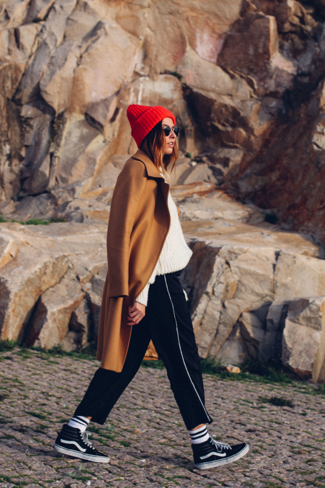 abrigo camel calcetines blancos vans