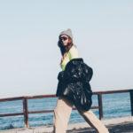Un jersey flúor, unas gafas de ciclista y una playa